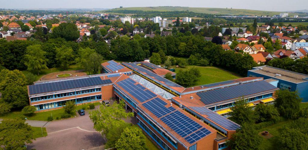 Photovoltaikanlage auf einem Schulgebäude in Alzey
